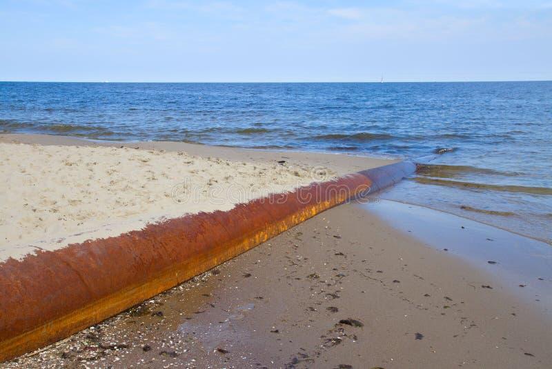Tubulação oxidada no mar azul fotografia de stock royalty free