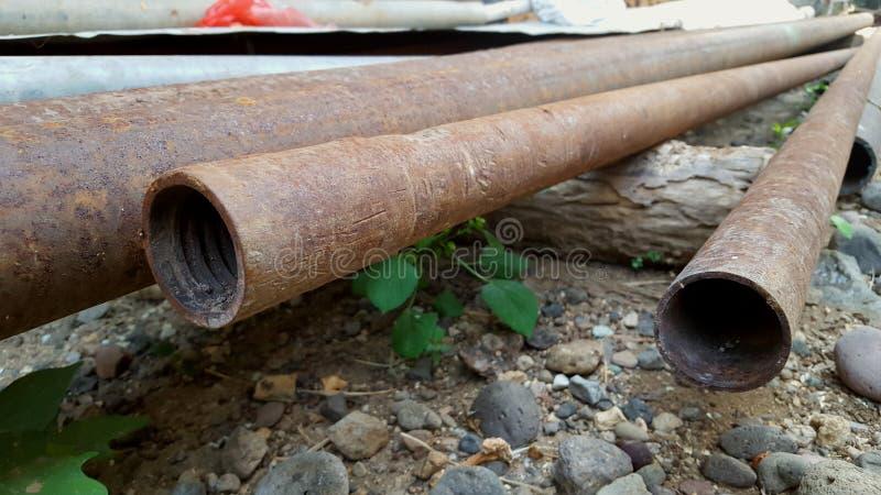 Tubulação oxidada, uma da água ou óleo ou dispositivos da distribuição do gás fotografia de stock