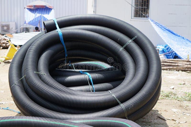Tubulação preta da drenagem Produtos do plástico fotografia de stock