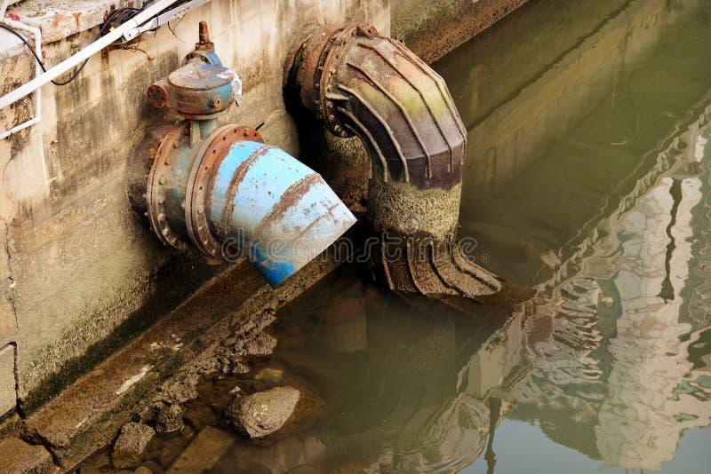 Tubulação urbana da drenagem fotografia de stock royalty free