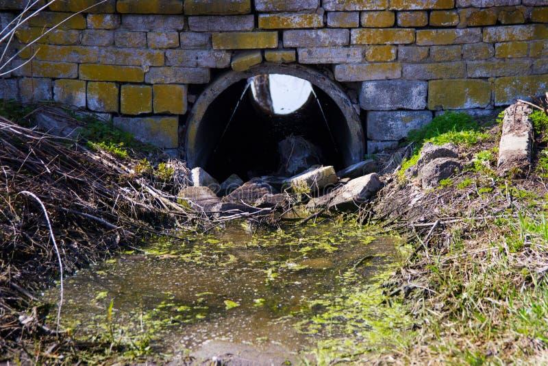 Tubulação velha da água de esgoto imagens de stock