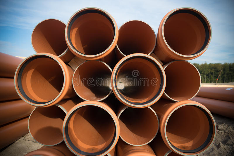 Tubulações acima empilhadas do pvc fotografia de stock
