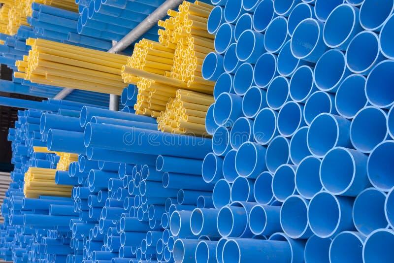 Tubulações amarelas e azuis do pvc imagens de stock royalty free