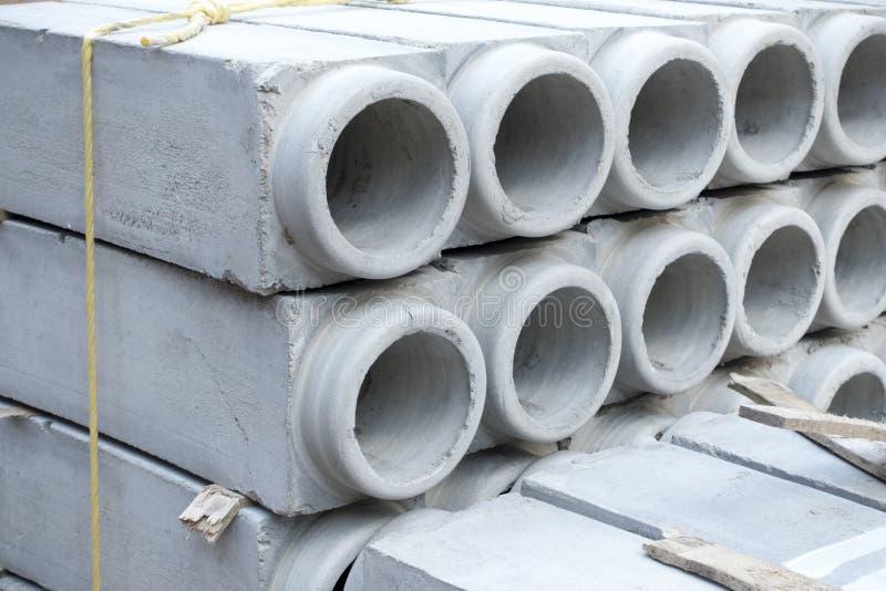 Tubulações cinzentas do cimento para a construção fotografia de stock royalty free