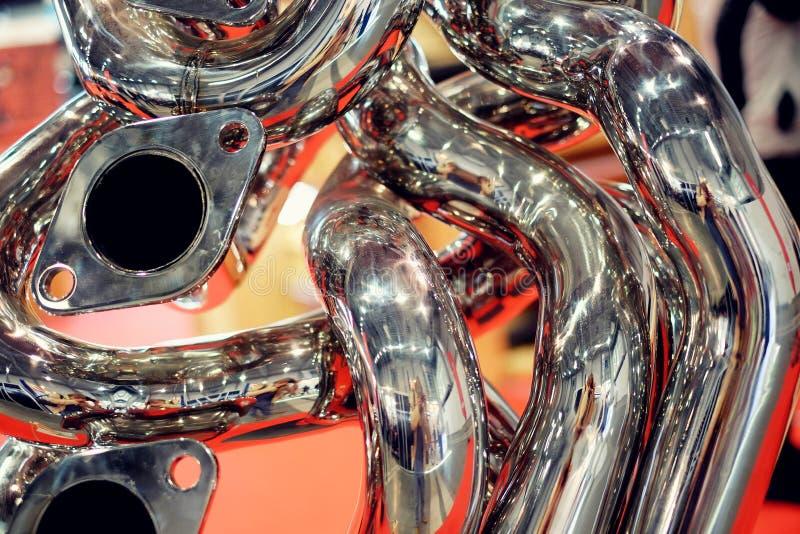 Tubulações cromadas no motor imagens de stock royalty free