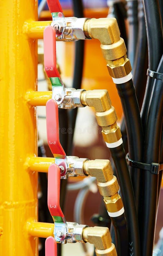 Tubulações da pressão hidráulica e encaixes da conexão do equipamento industrial foto de stock