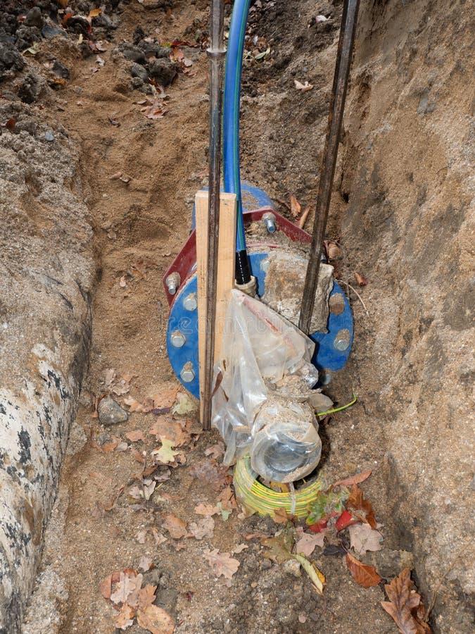 Tubulações de água potável com junção do waga e válvula de porta fotografia de stock