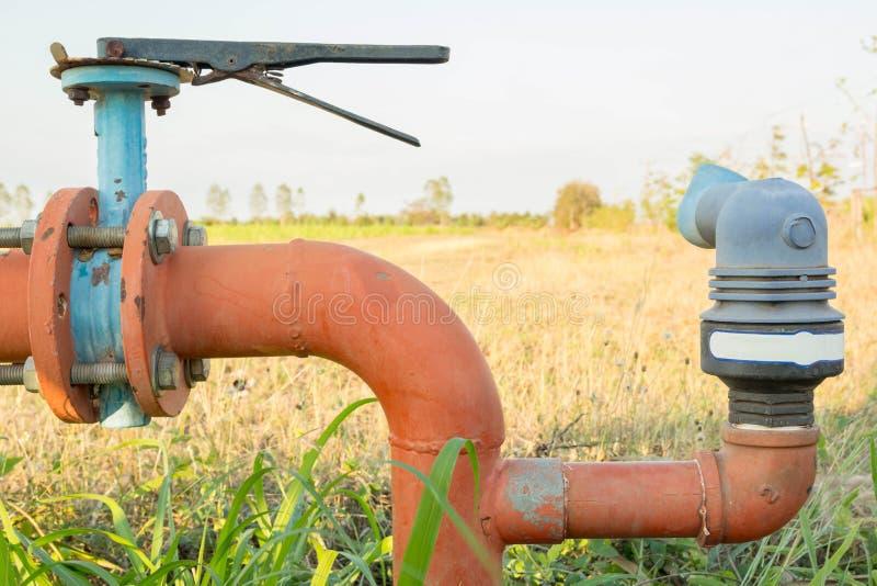 Tubulações de aço e acoplamentos de uma água de irrigação fotografia de stock royalty free