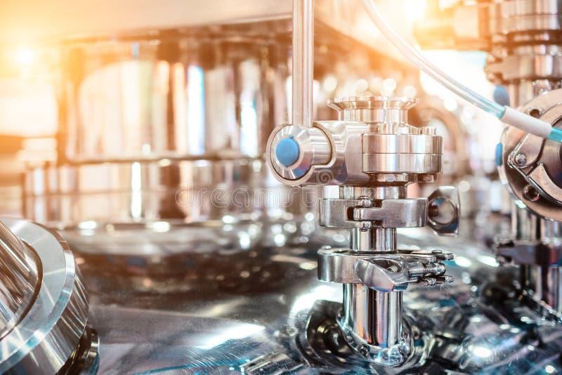 Tubulações de aço e válvulas de parada no corpo do reator farmacêutico fotos de stock