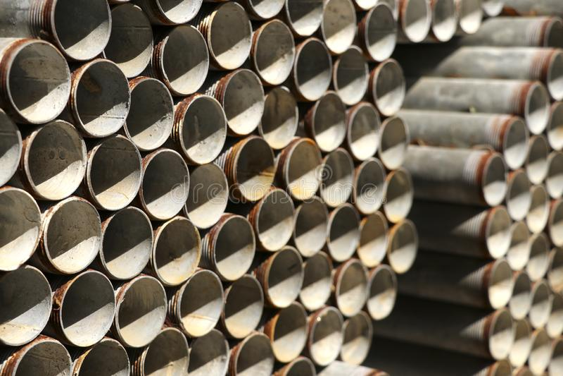 Tubulações de aço empilhadas empilhadas junto imagens de stock
