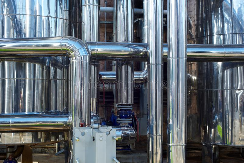 Tubulações de aço inoxidável brilhantes, tanques para a indústria alimentar fotos de stock