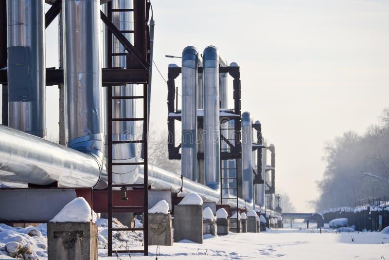 Tubulações de calor de Overground Encanamento acima da terra, calor de condução para aquecer a cidade Inverno neve fotos de stock