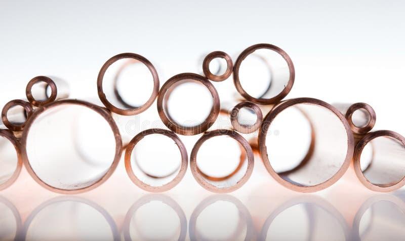 Tubulações de cobre do diâmetro diferente imagens de stock