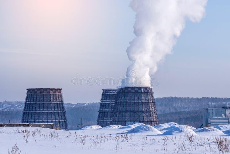 Tubulações de fumo do central elétrica térmico que emitem-se o dióxido de carbono na atmosfera Conceito da poluição ambiental imagens de stock royalty free