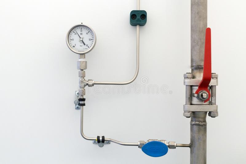 tubulações de gás de aço com válvulas e alta pressão do manômetro na parede fotografia de stock royalty free