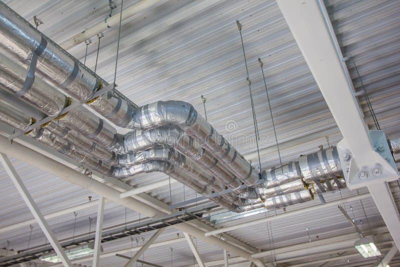Tubulações de prata da fonte de água dentro da construção foto de stock