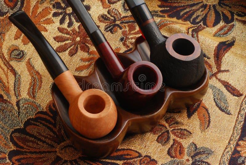 Tubulações de tabaco cinzeladas da mão velha imagem de stock royalty free