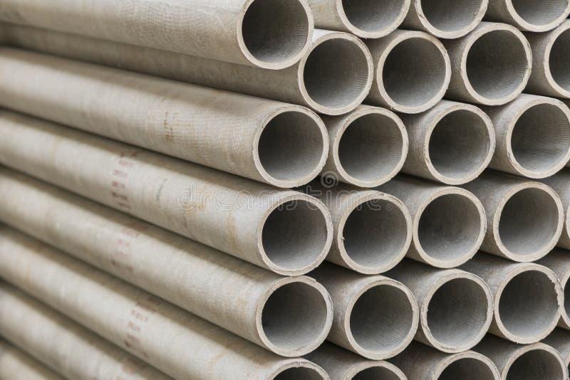 tubulações do asbesto em uma pilha em um armazém ou em uma loja da construção fotos de stock