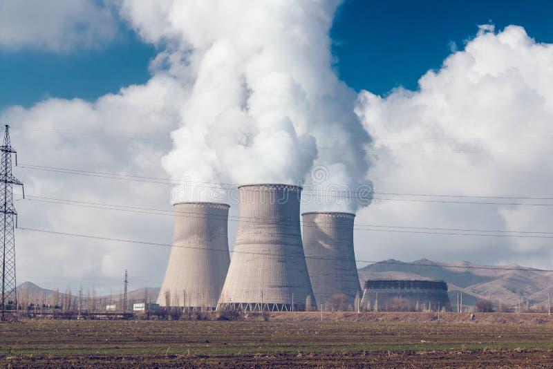 Tubulações do central elétrica com fumo foto de stock