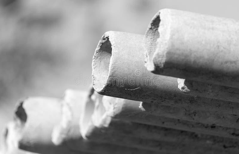 Tubulações do cimento de asbesto imagens de stock royalty free