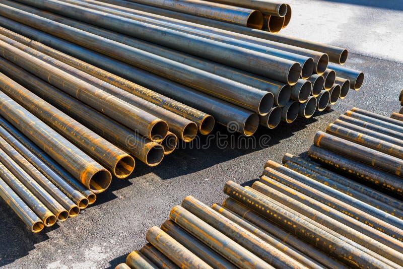 Tubulações do metal empilhadas imagem de stock