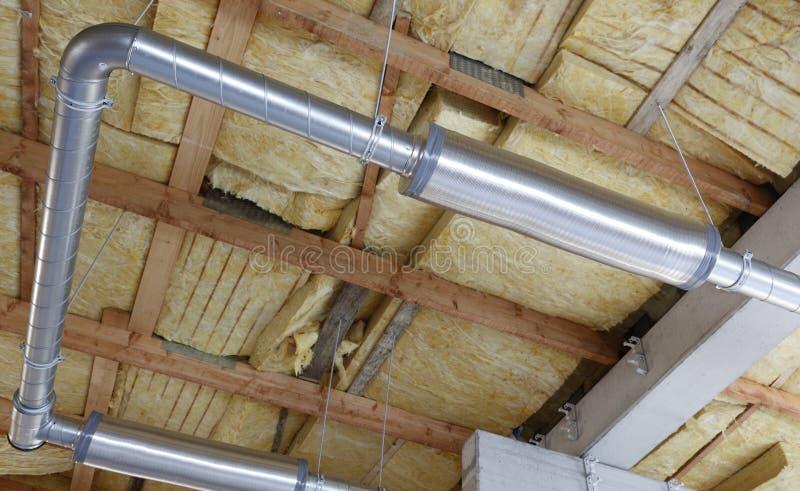 Tubulações do metal no edifício novo imagem de stock