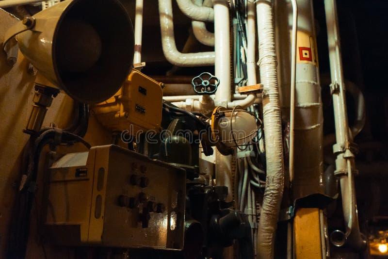 Tubulações e equipamento da sala de motor imagem de stock royalty free