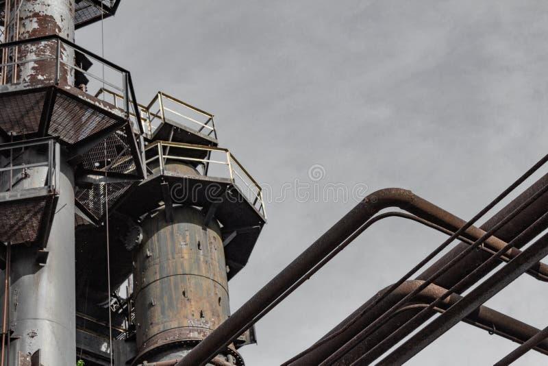 Tubulações e passagens abertas, local industrial exterior, espaço da cópia fotos de stock royalty free