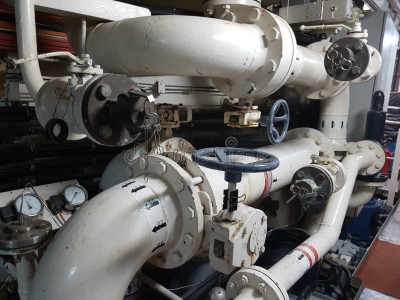 Tubulações e válvulas em uma planta de tratamento da água fotografia de stock