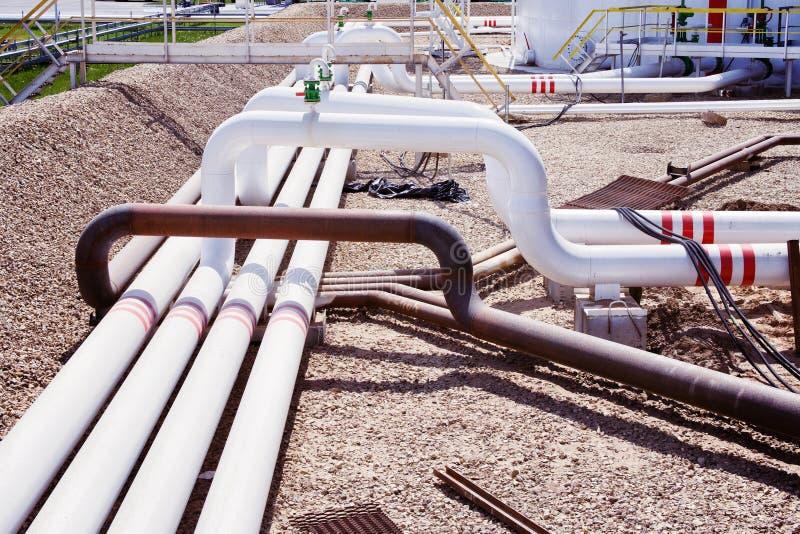 Tubulações e válvulas na refinaria de petróleo fotografia de stock