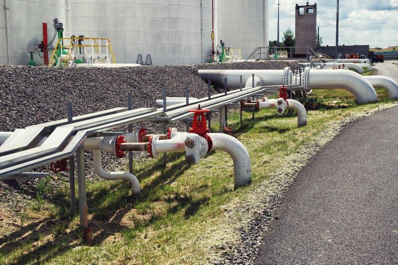 Tubulações e válvulas na refinaria de petróleo foto de stock