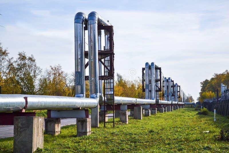 Tubulações externos para o aquecimento urbano Autumn Landscape imagens de stock royalty free