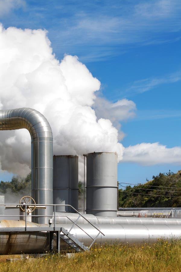 Tubulações geotérmicas e névoa do central eléctrica fotografia de stock royalty free