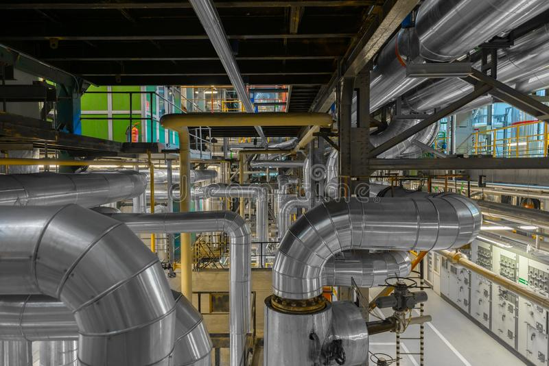 Tubulações industriais em um central elétrica térmico fotos de stock royalty free