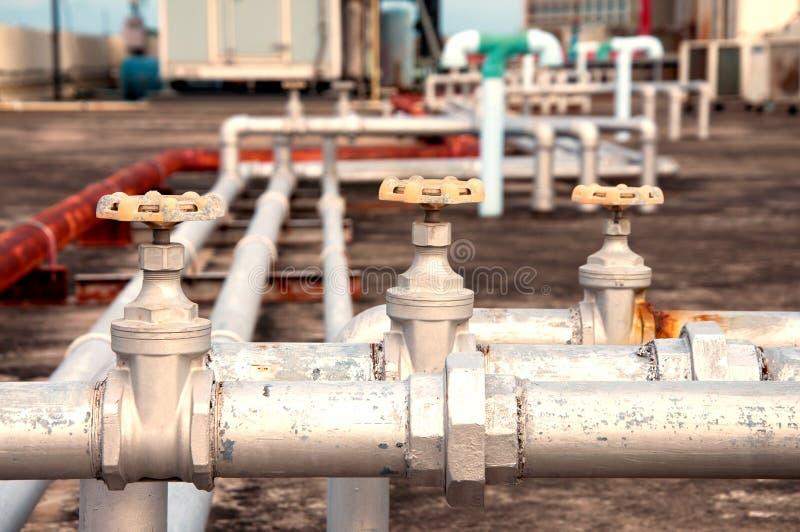 tubulações industriais no encanamento na construção fotografia de stock