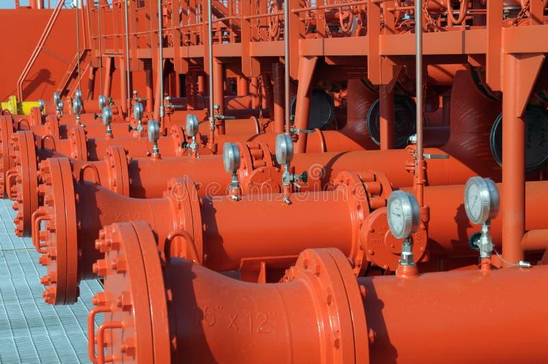 Tubulações na plataforma do petroleiro foto de stock