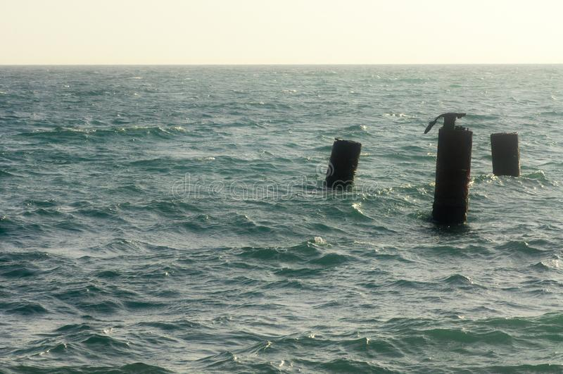 Tubulações oxidadas do cais ao mar fotos de stock royalty free