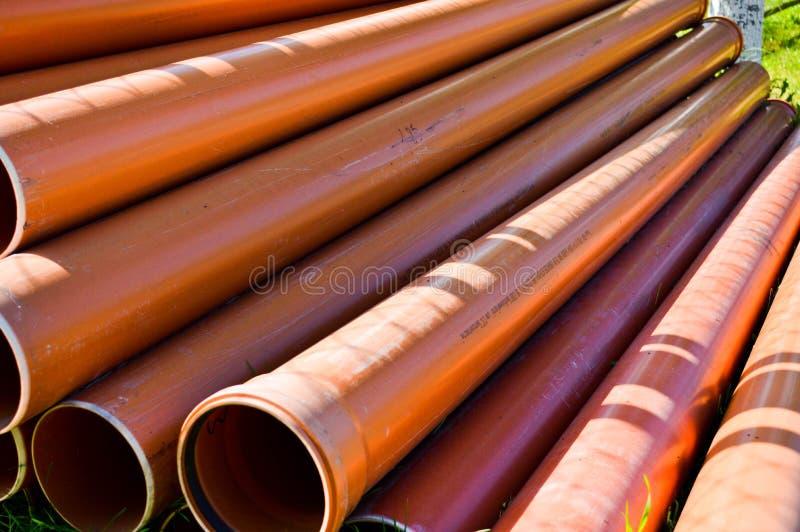 Tubulações sondando grossas do polipropileno industrial plástico alaranjado com as gaxetas do grande diâmetro com flanges fotografia de stock