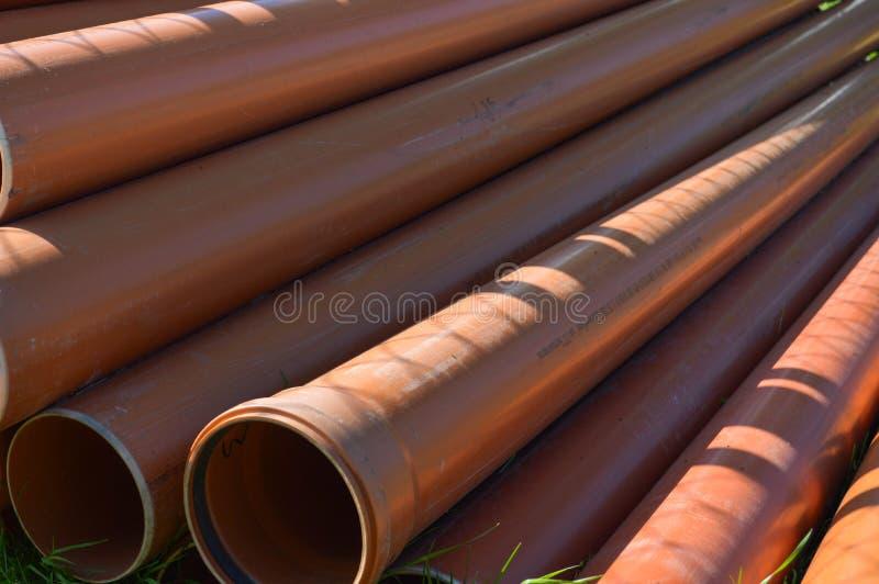 Tubulações sondando grossas do polipropileno industrial plástico alaranjado com as gaxetas do grande diâmetro com flanges foto de stock royalty free