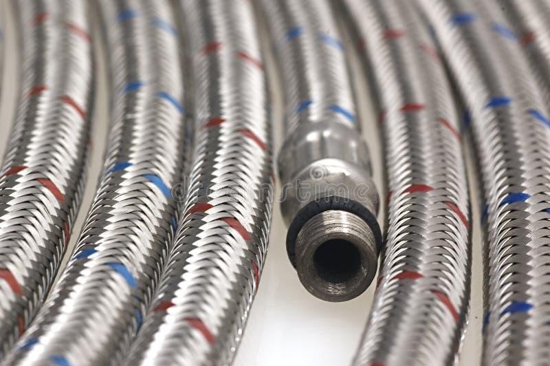 Tubulações trançadas do faucet do encanamento do aço inoxidável fotografia de stock royalty free