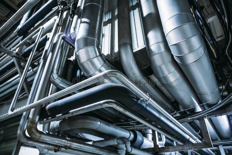 Tubula??es de a?o ou tubos industriais do sistema de ventila??o do ar como o fundo abstrato do equipamento da ind?stria imagem de stock
