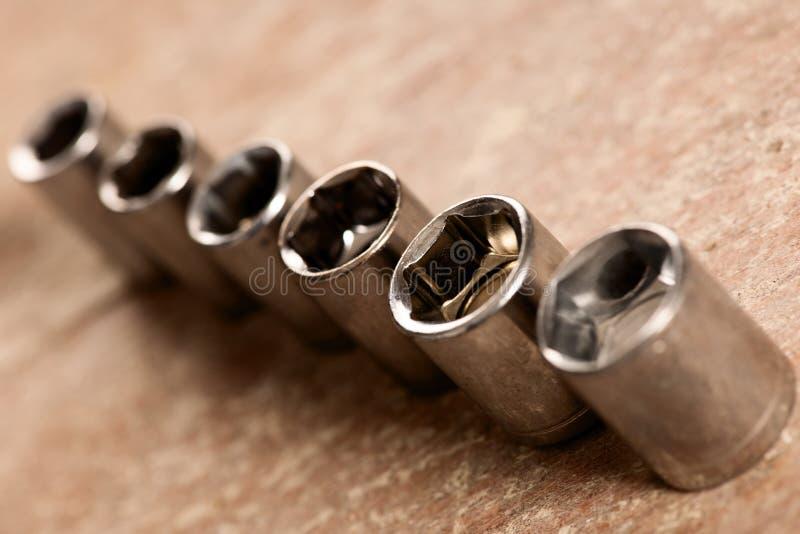 Tubulaire contactdooshulpmiddelen voor moersleutelmoersleutel die zich in rij op woode bevinden stock foto