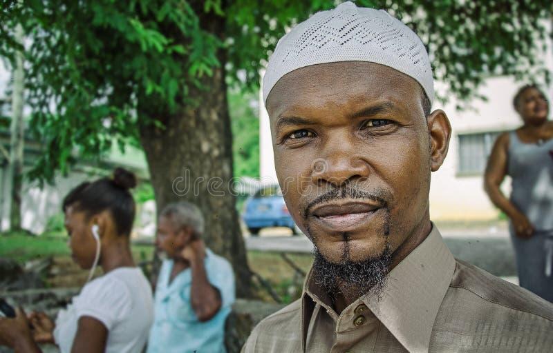 Tubylczego creole muzułmański facet na ulicie zdjęcia royalty free
