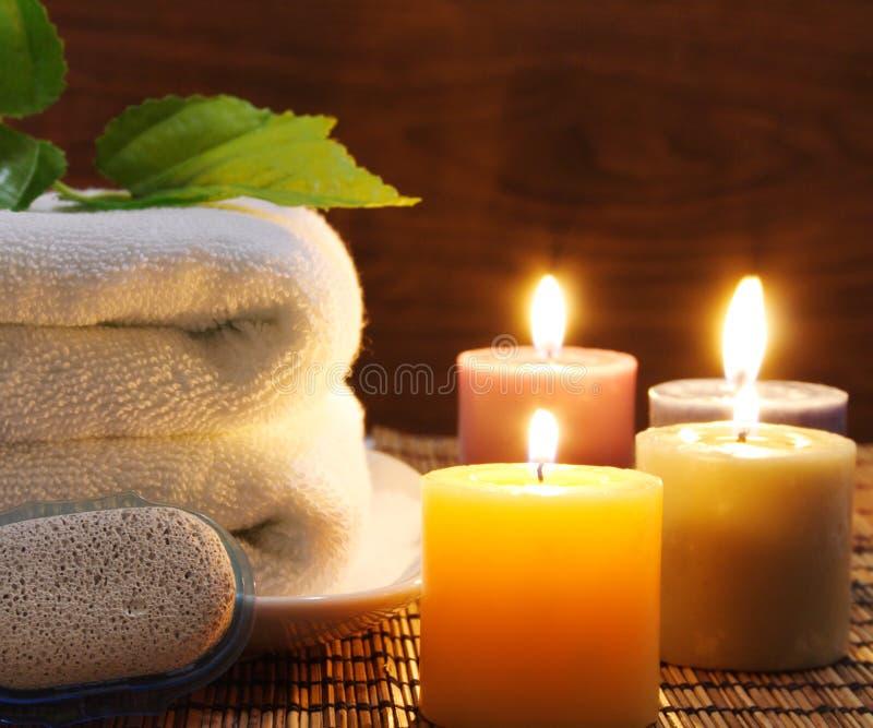 Tuch, aromatische Kerzen lizenzfreie stockbilder