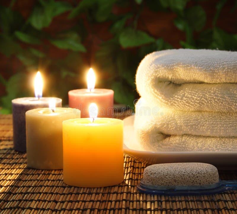 Tuch, aromatische Kerzen und andere Badekurortnachrichten stockfotografie