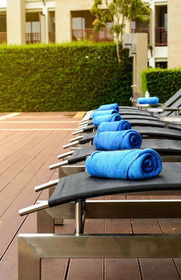 Tuch auf Sonnenbett am Poolside lizenzfreie stockfotografie