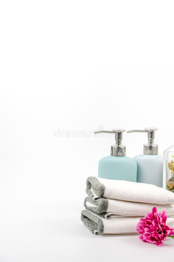 Tuch, Shampoo und Flüssigseife auf dem Hintergrund lizenzfreie stockfotos