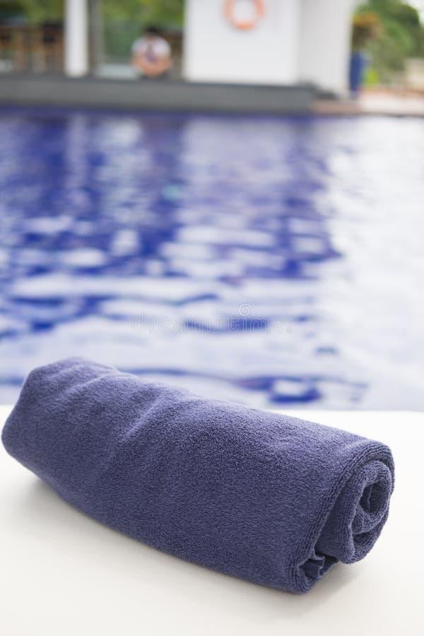 Download Tuchrolle Auf Sunbeds Am Swimmingpool Stockbild - Bild von relax, entspannung: 96934945