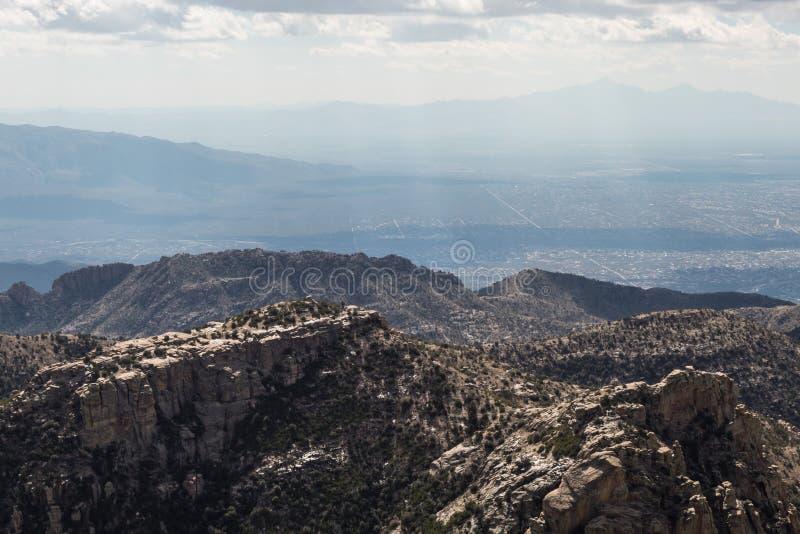 Tucson góry z widokiem miasto i chmurni nieba fotografia royalty free