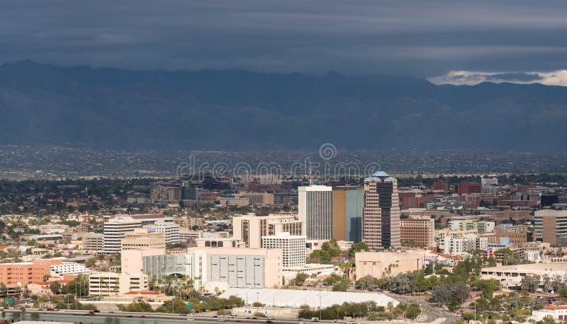 Tucson van de binnenstad in Arizona met onweerswolken stock afbeelding